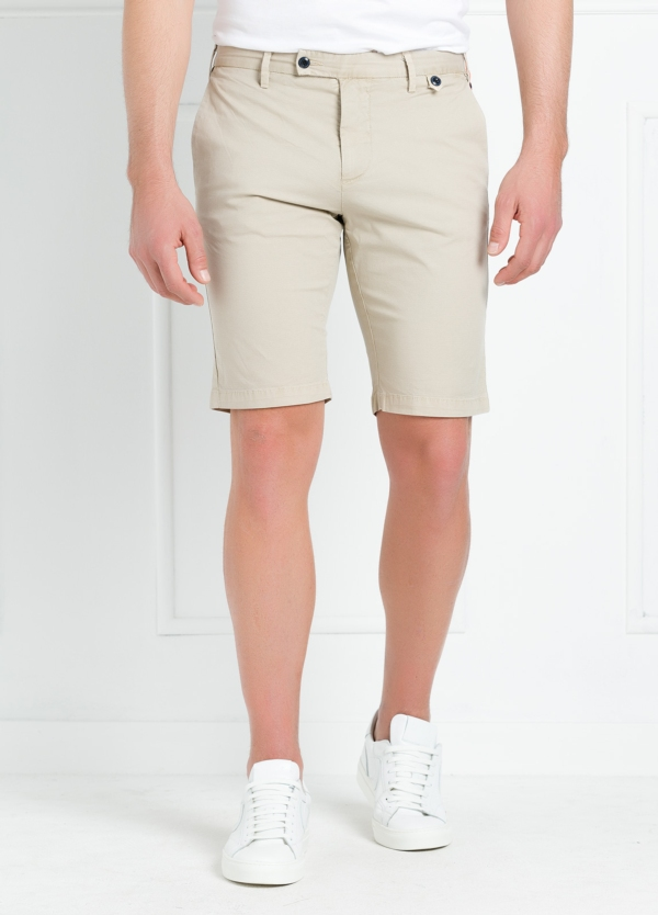 Bermuda modelo JON 32 slim fit, color beige.