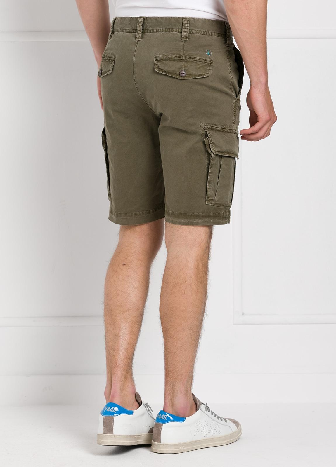 Bermuda modelo BILL 334 slim fit con bolsillos laterales color kaki. Algodón gabardina. - Ítem2