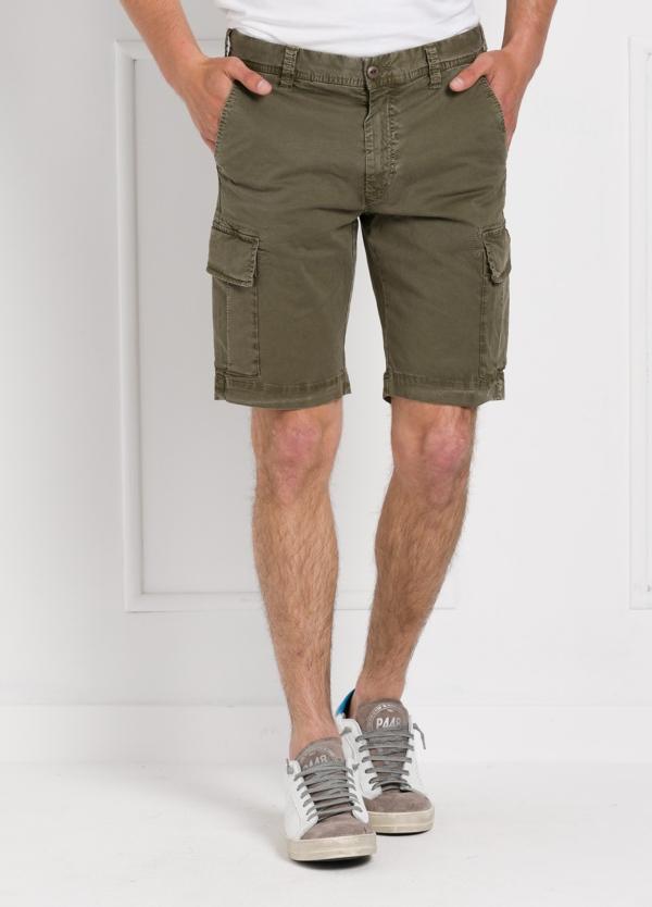 Bermuda modelo BILL 334 slim fit con bolsillos laterales color kaki. Algodón gabardina.