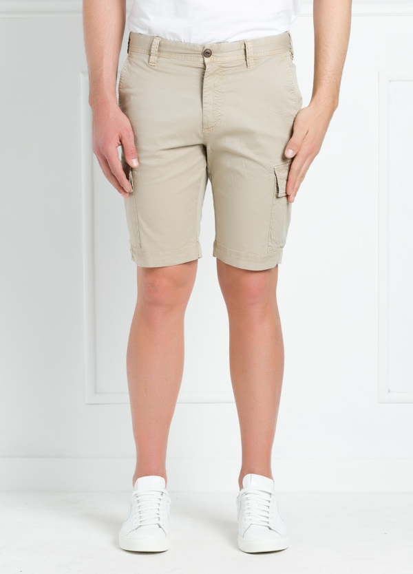 Bermuda modelo BILL 334 slim fit con bolsillos laterales. Color beige.