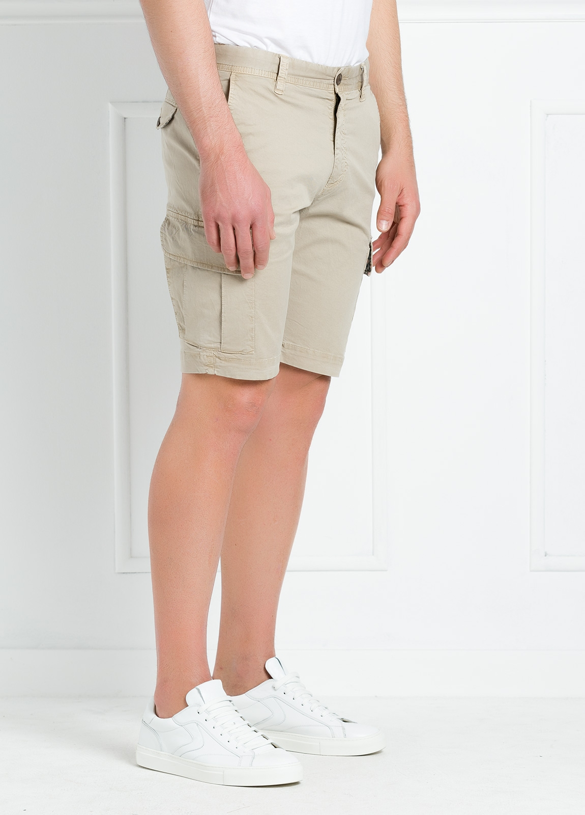 Bermuda modelo BILL 334 slim fit con bolsillos laterales. Color beige. - Ítem3