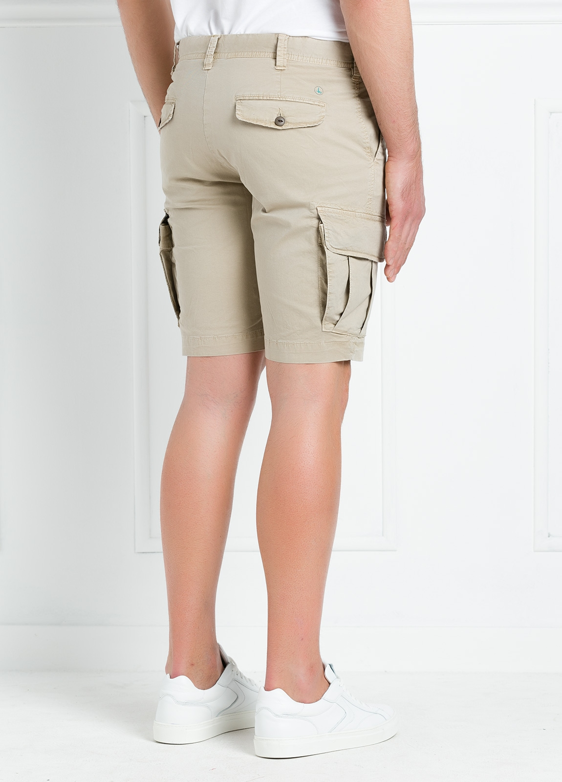 Bermuda modelo BILL 334 slim fit con bolsillos laterales. Color beige. - Ítem1