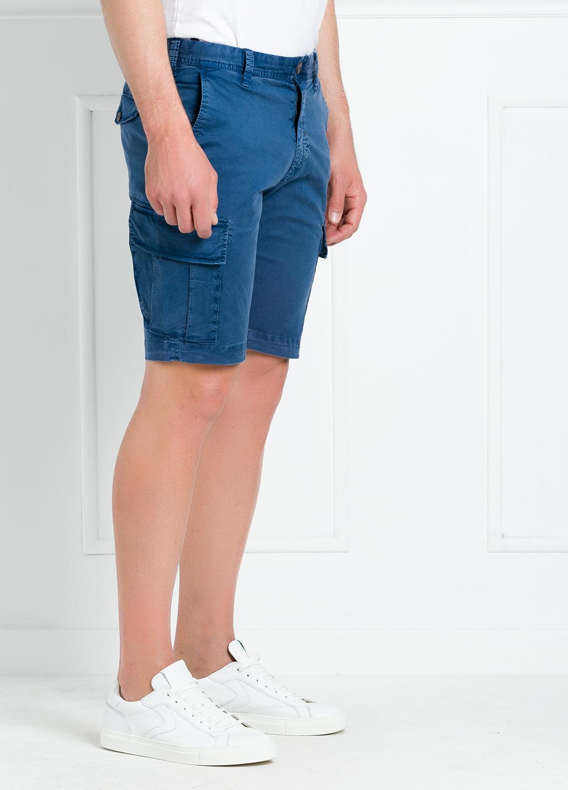 Bermuda modelo BILL 334 slim fit con bolsillos laterales. Color azul.