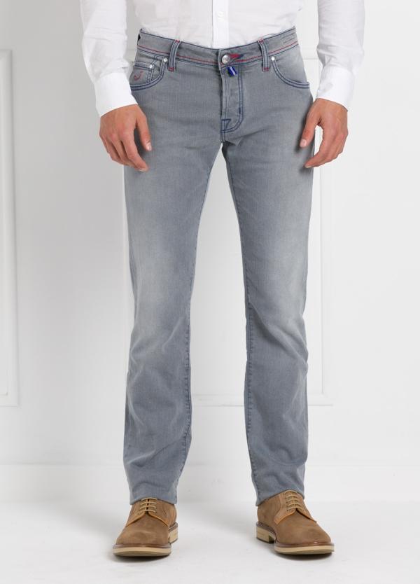 Tejano ligeramente slim fit modelo J622 color gris. 99% Algodón, 1% Elastano.
