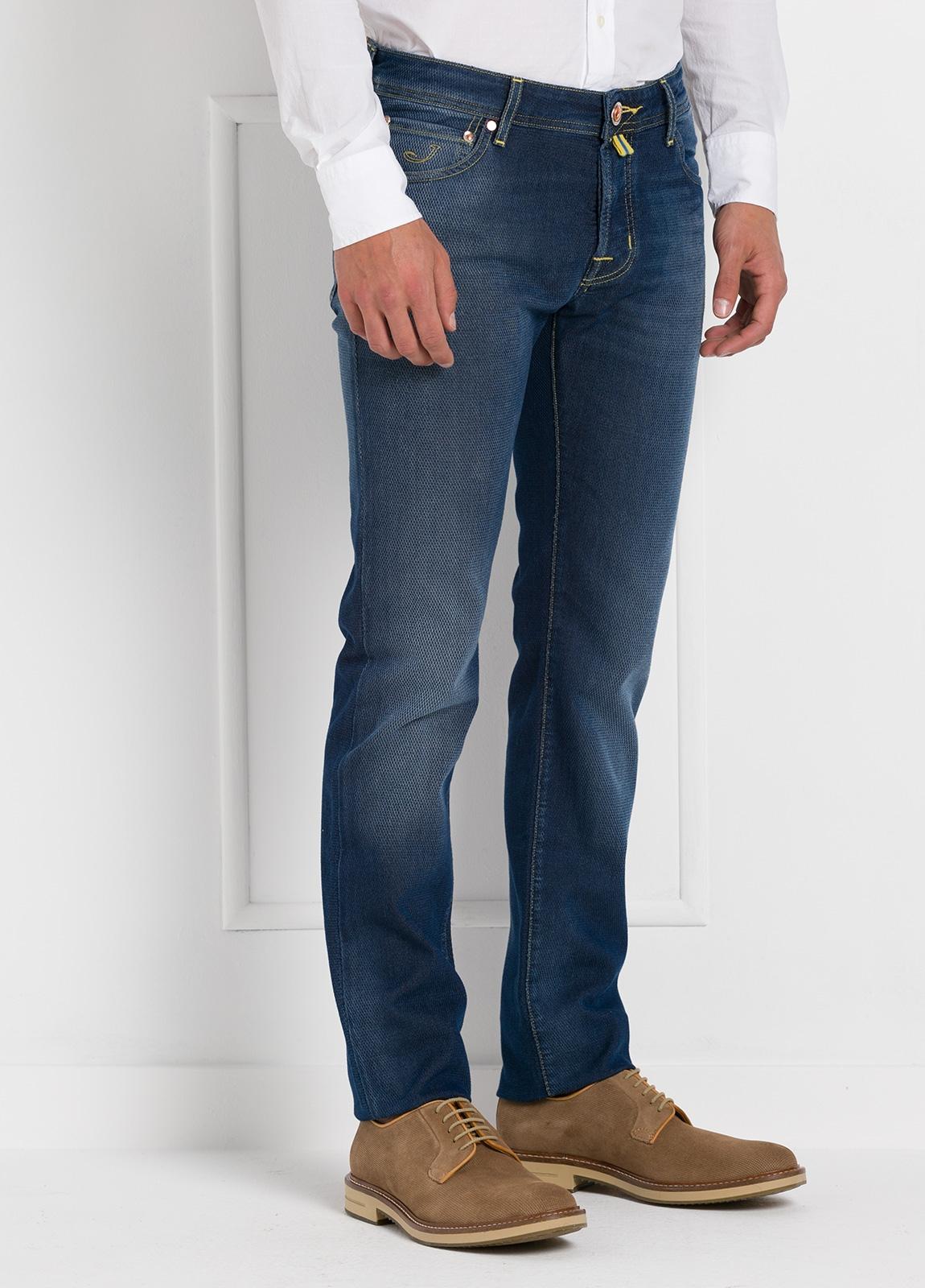 Tejano ligeramente slim fit modelo J622 color azul oscuro denim. 56% algodón,44% Poliéster. - Ítem1