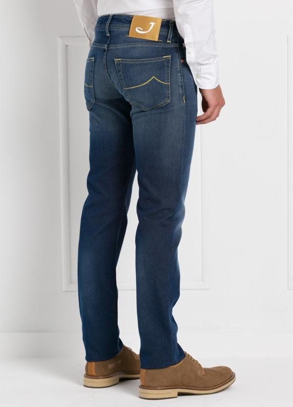 Tejano ligeramente slim fit modelo J622 color azul oscuro denim. 56% algodón,44% Poliéster. - Ítem3