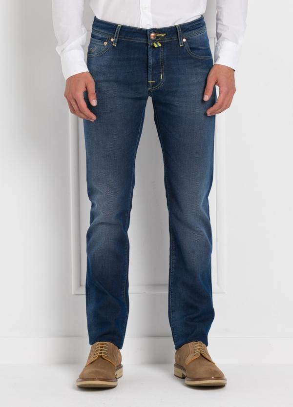Tejano ligeramente slim fit modelo J622 color azul oscuro denim. 56% algodón,44% Poliéster.