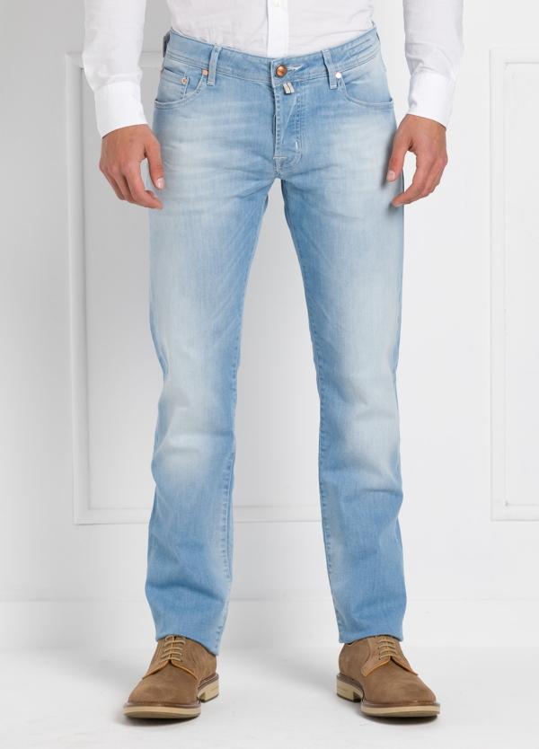 Tejano ligeramente slim fit modelo J622 color azul claro denim. 91% Algodón 75 Poliéster 2% Elastano.
