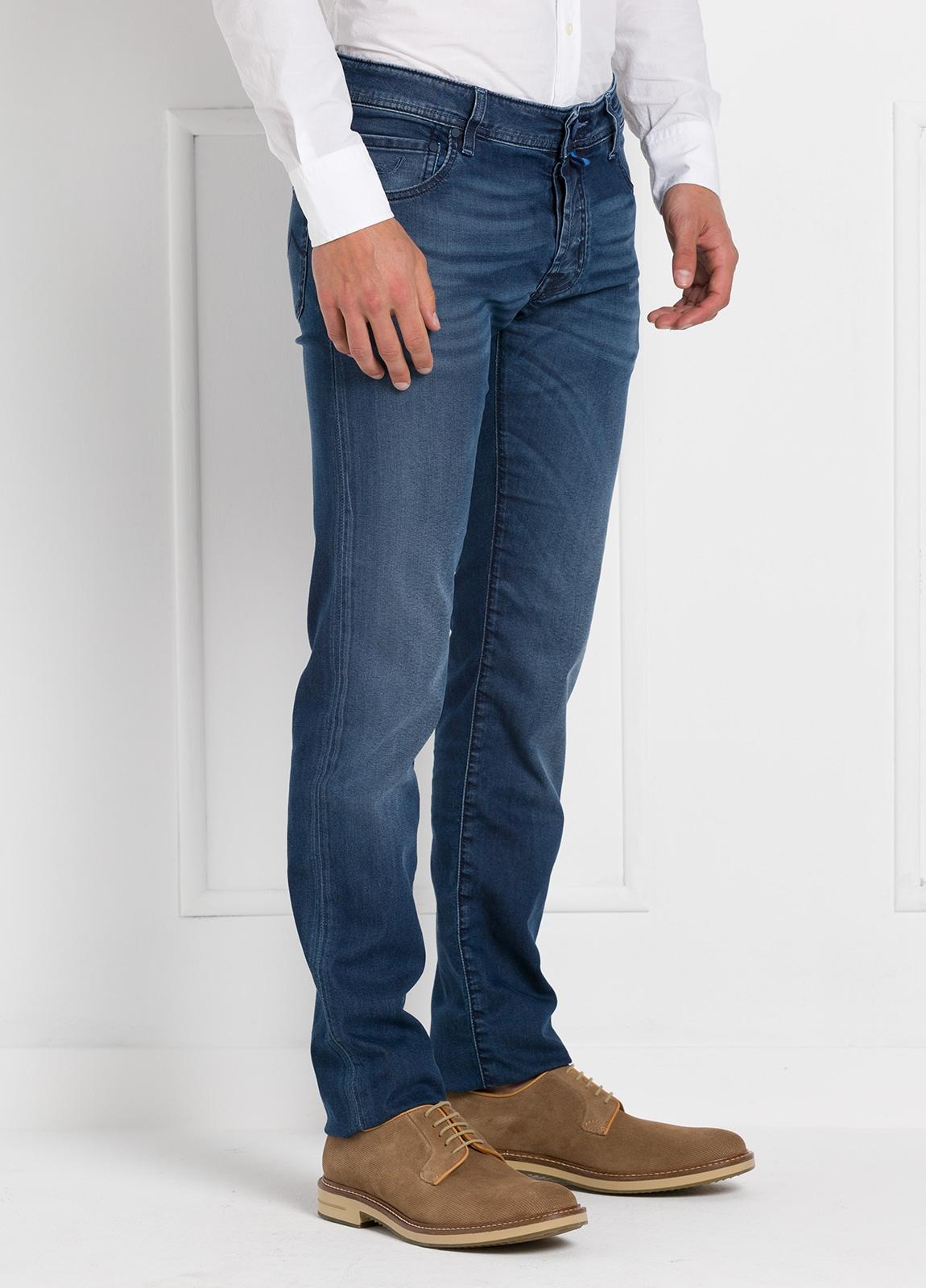Tejano ligeramente slim fit modelo J622 color azul denim. 81% Algodón 16 Lino 3% Elastano. - Ítem3