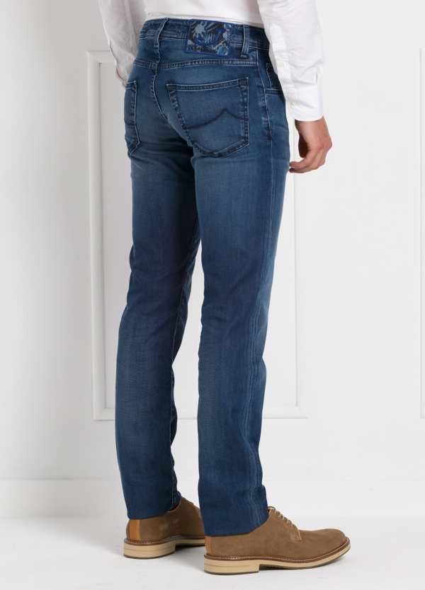 Tejano ligeramente slim fit modelo J622 color azul denim. 81% Algodón 16 Lino 3% Elastano. - Ítem1