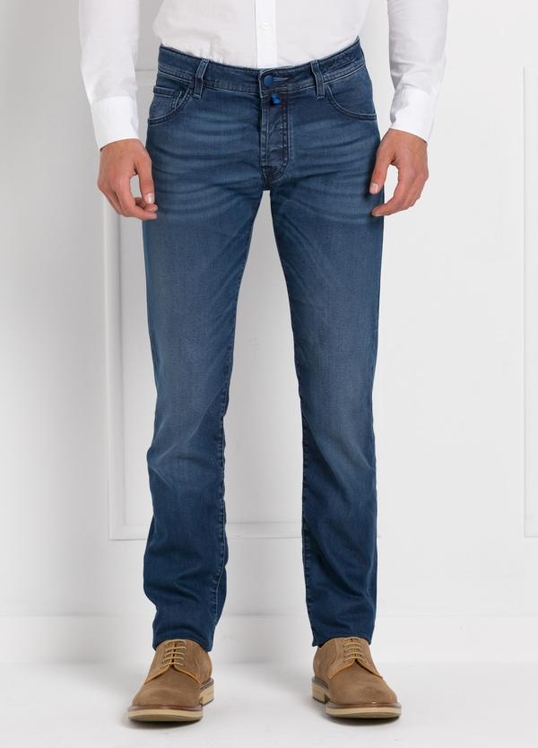 Tejano ligeramente slim fit modelo J622 color azul denim. 81% Algodón 16 Lino 3% Elastano.
