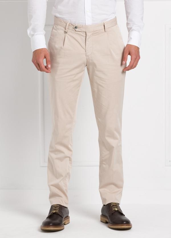 Pantalón modelo slim fit 1 pinza color beige. 97% Algodón 3% Ea.