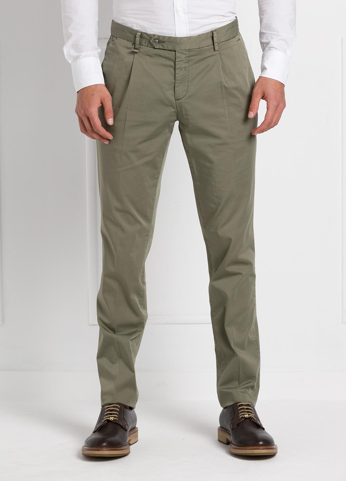 Pantalón modelo slim fit 1 pinza color kaki. 97% Algodón 3% Ea.