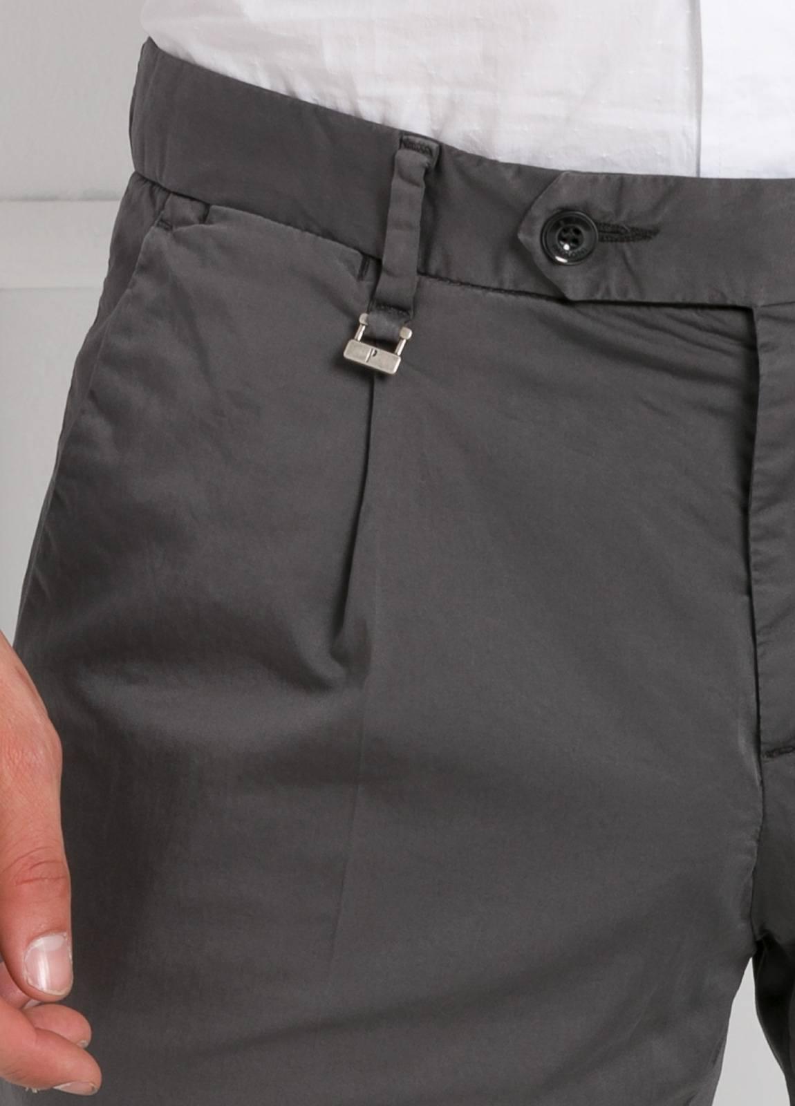 Pantalón modelo slim fit 1 pinza color gris oscuro. 97% Algodón 3% Ea. - Ítem3