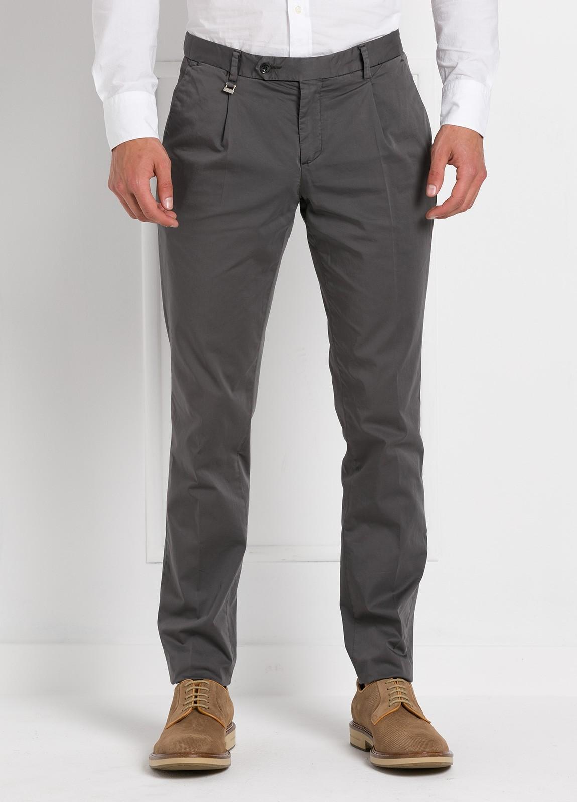 Pantalón modelo slim fit 1 pinza color gris oscuro. 97% Algodón 3% Ea.
