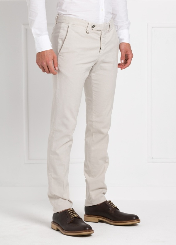 Pantalón modelo slim fit, color crudo. 87% Algodón 11% Lino 2% Ea.