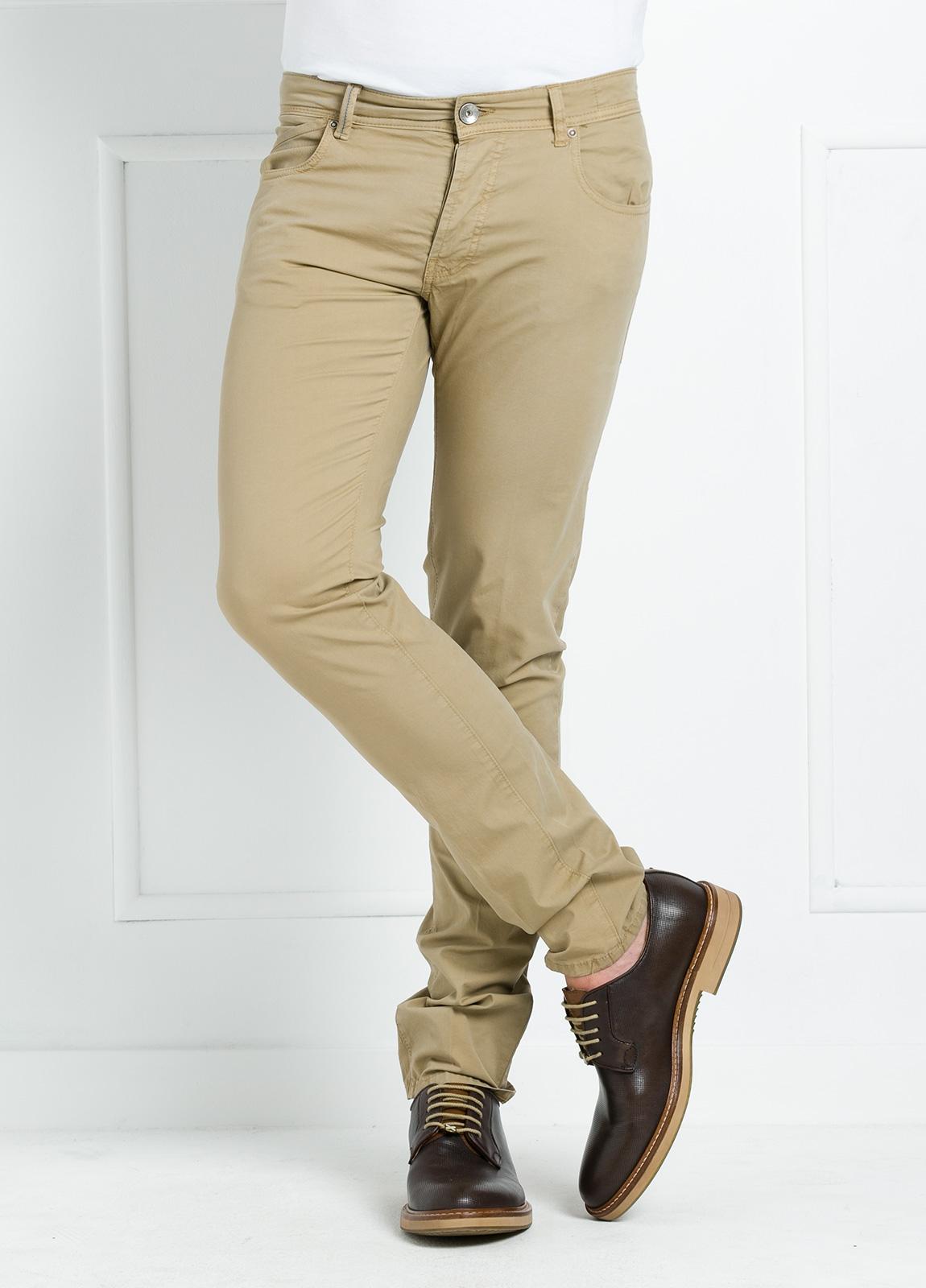 Pantalón sport regular fit modelo POLLOCK P 053 color beige. 96% Algodón gabardina 4% Lycra.