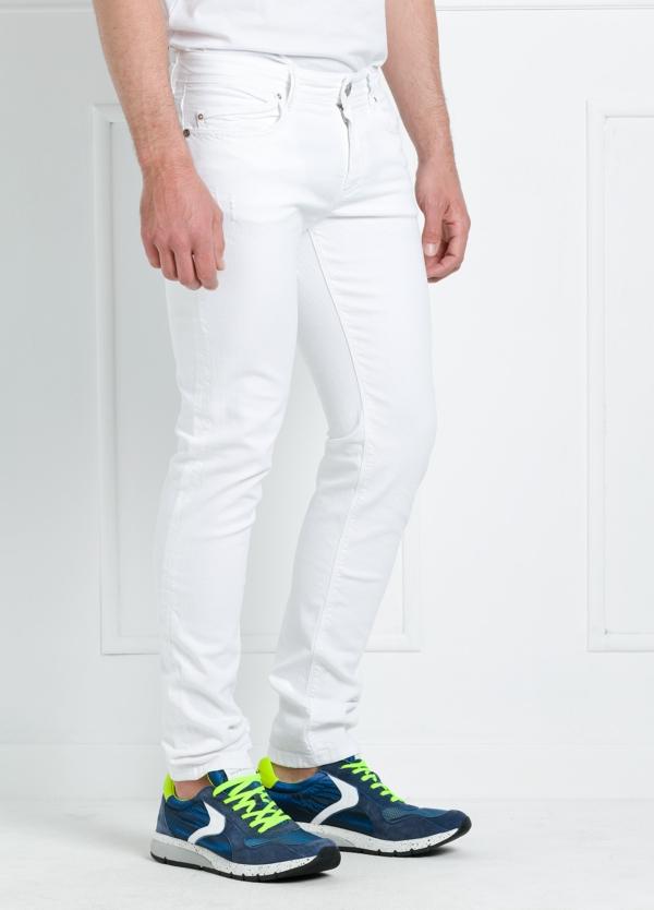 Pantalón sport regular fit modelo RUPENS Z P015 color blanco. Algodón denim.