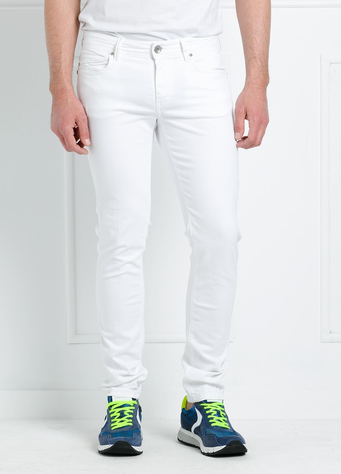 Pantalón sport regular fit modelo RUPENS Z P015 color blanco. Algodón denim. - Ítem1