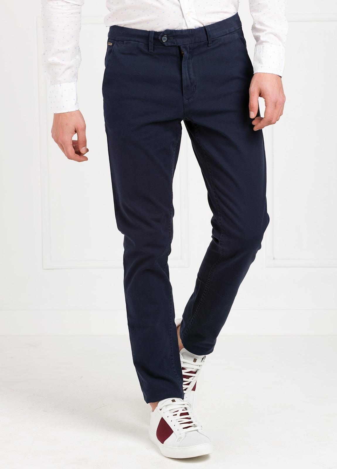 Pantalón chino regular slim fit , tejido elástico teñido en prenda color azul marino. 97% algodón 3% elastáno.