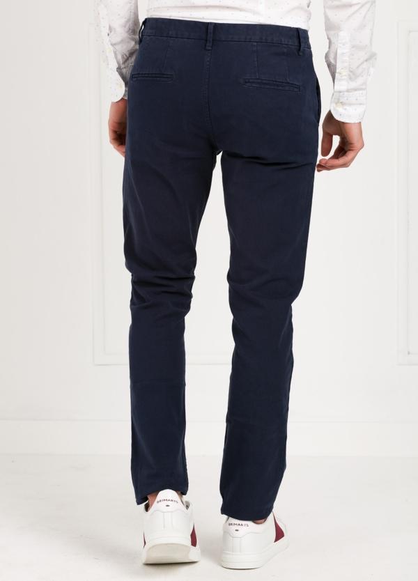Pantalón chino regular slim fit , tejido elástico teñido en prenda color azul marino. 97% algodón 3% elastáno. - Ítem2