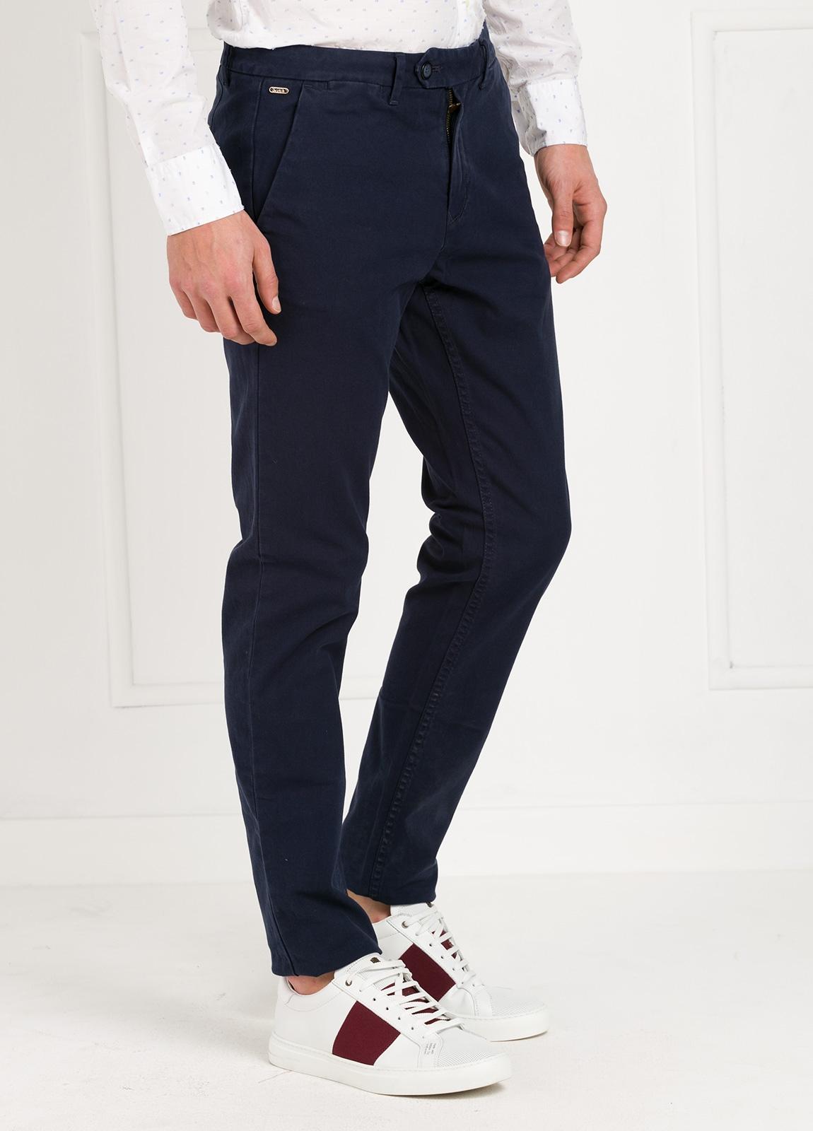 Pantalón chino regular slim fit , tejido elástico teñido en prenda color azul marino. 97% algodón 3% elastáno. - Ítem1