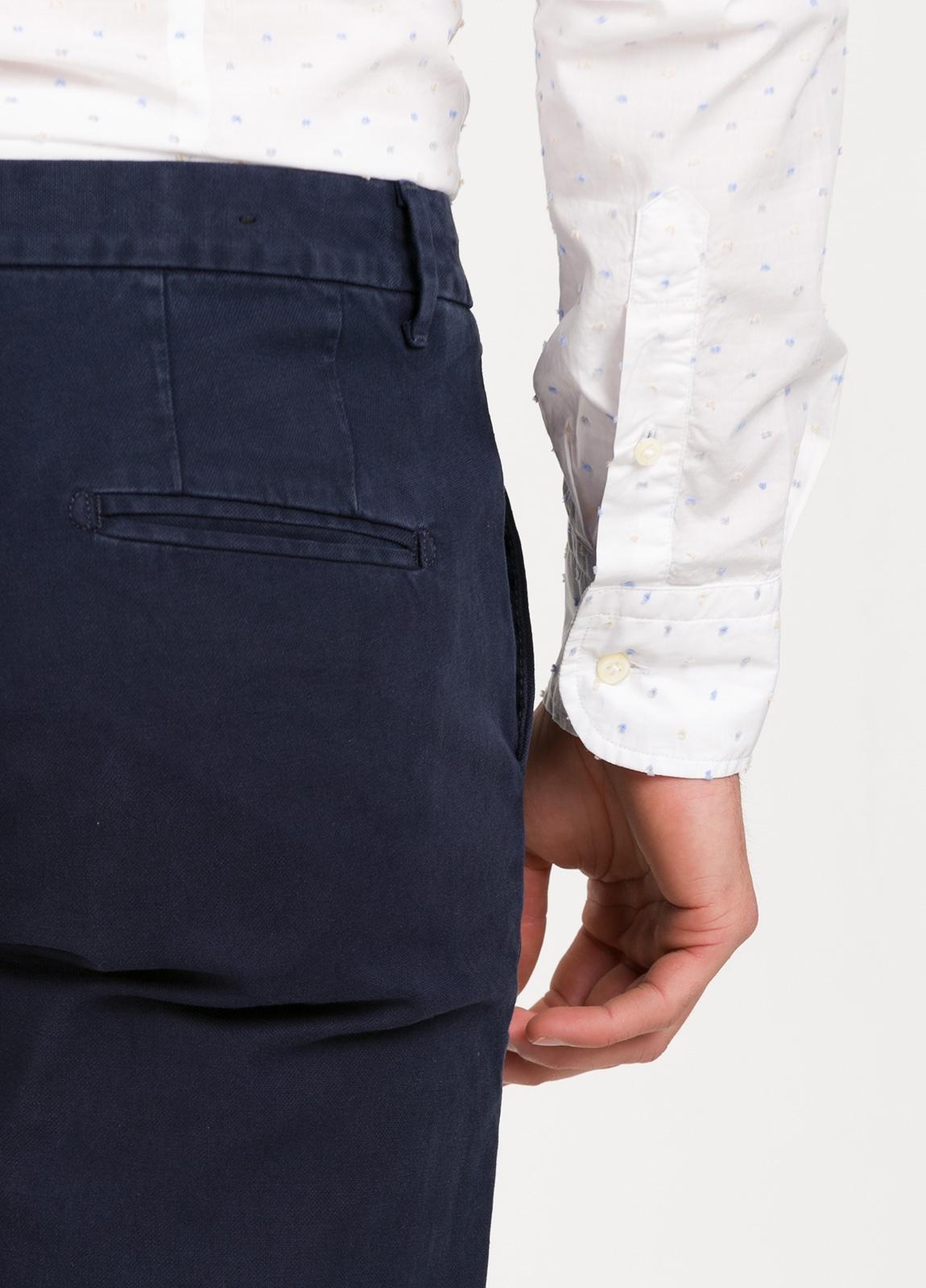 Pantalón chino regular slim fit , tejido elástico teñido en prenda color azul marino. 97% algodón 3% elastáno. - Ítem3