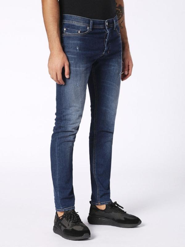 Pantalón tejano regular fit modelo CARROT color azul oscuro lavado. 72% Algodón 17% Poliéster 9% Viscosa 2% Elastáno.