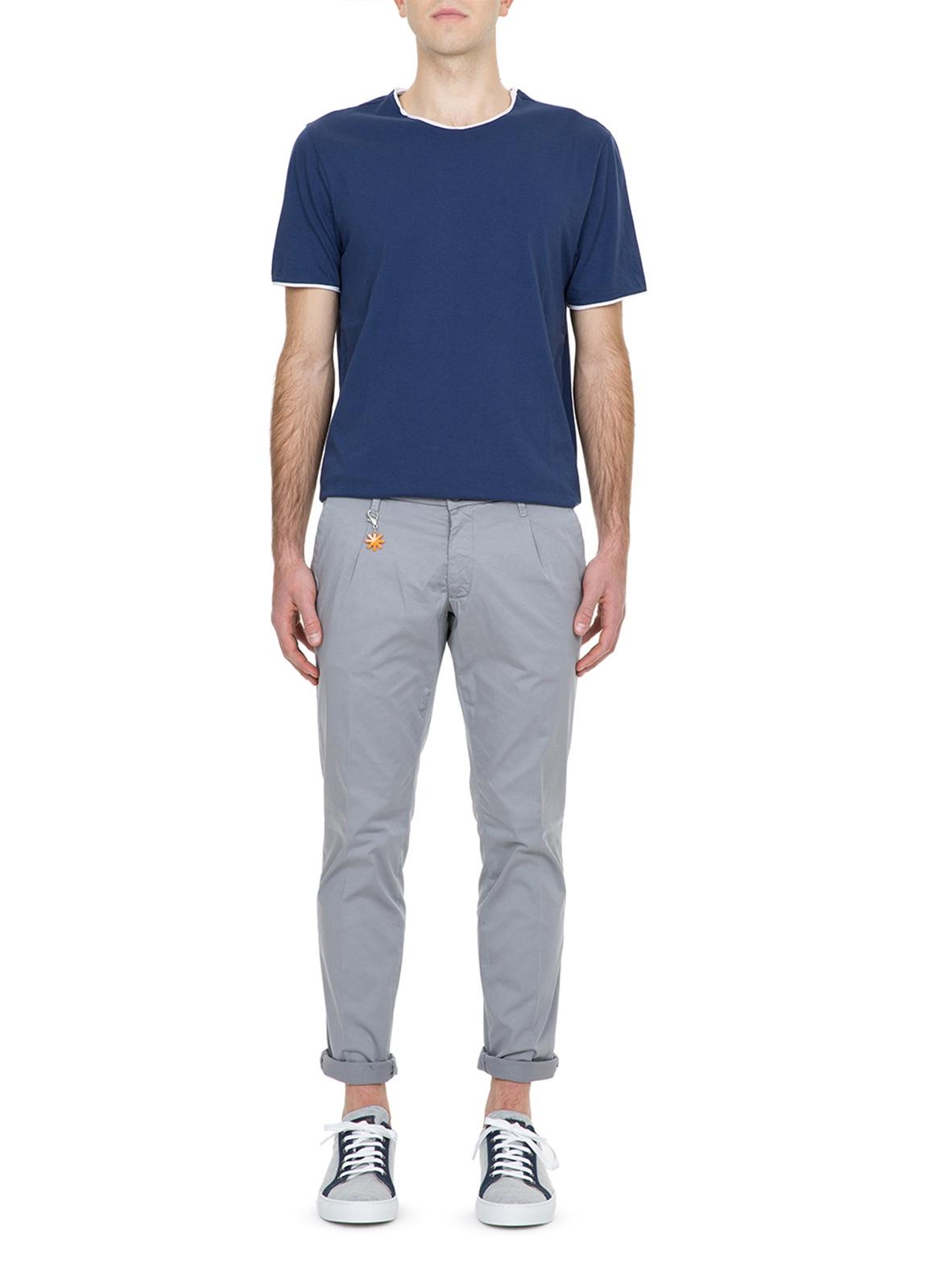 Pantalón chino color gris con pinzas. 100% Algodón.