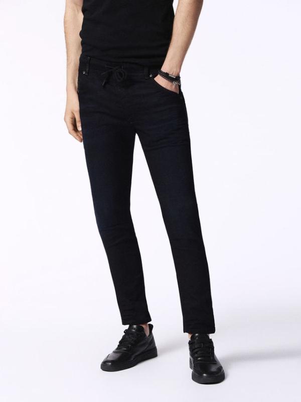 Pantalón joggjeans modelo KROOLEY color azul oscuro 90% Algodón 8% Poliéster 2% Elastáno.