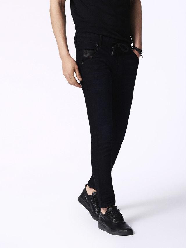 Pantalón joggjeans modelo KROOLEY color azul oscuro 90% Algodón 8% Poliéster 2% Elastáno. - Ítem3