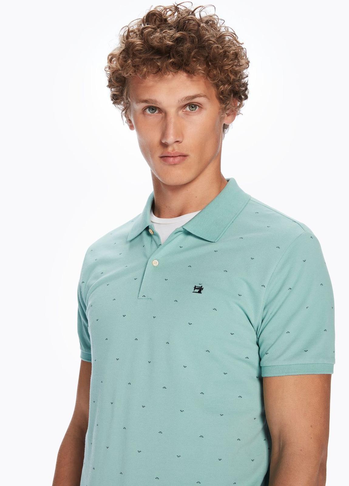 Polo manga corta de piqué color verde con motivos estampados. 100% algodón.
