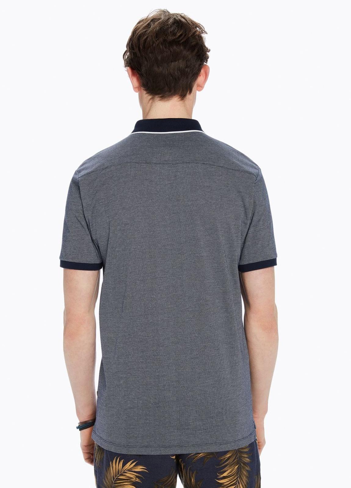 Polo pique color azul marino con contraste en cuello y logo bordado. 100% Algodón. - Ítem2