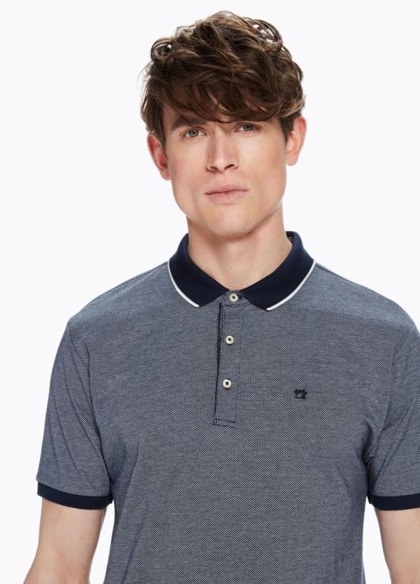Polo pique color azul marino con contraste en cuello y logo bordado. 100% Algodón. - Ítem1