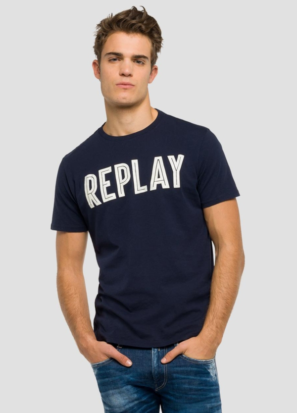 Camiseta manga corta color azul marino con estampado Replay. 100% Algodón.