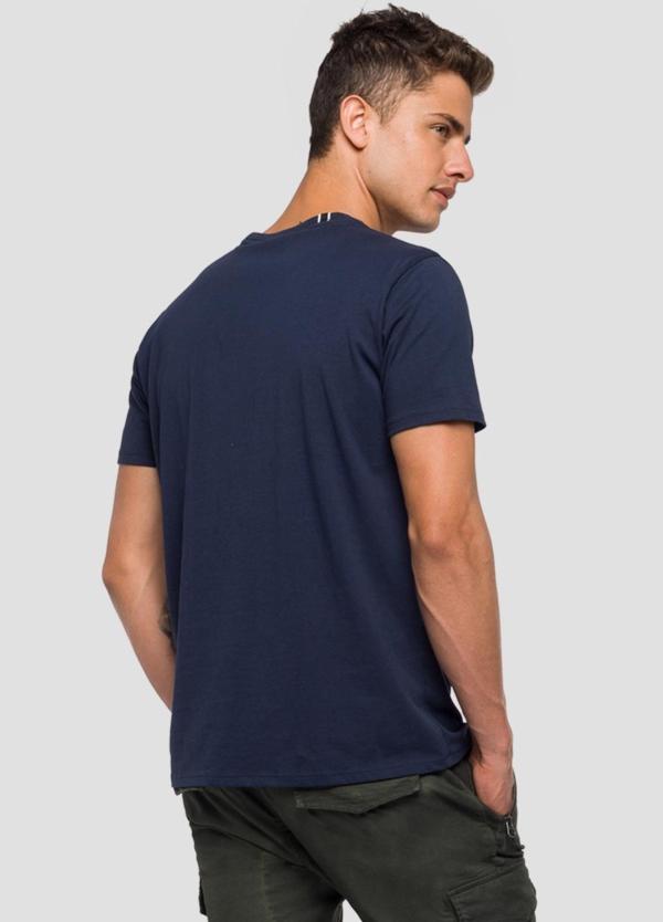 Camiseta manga corta color azul marino con estampado Replay denim. 100% Algodón. - Ítem3