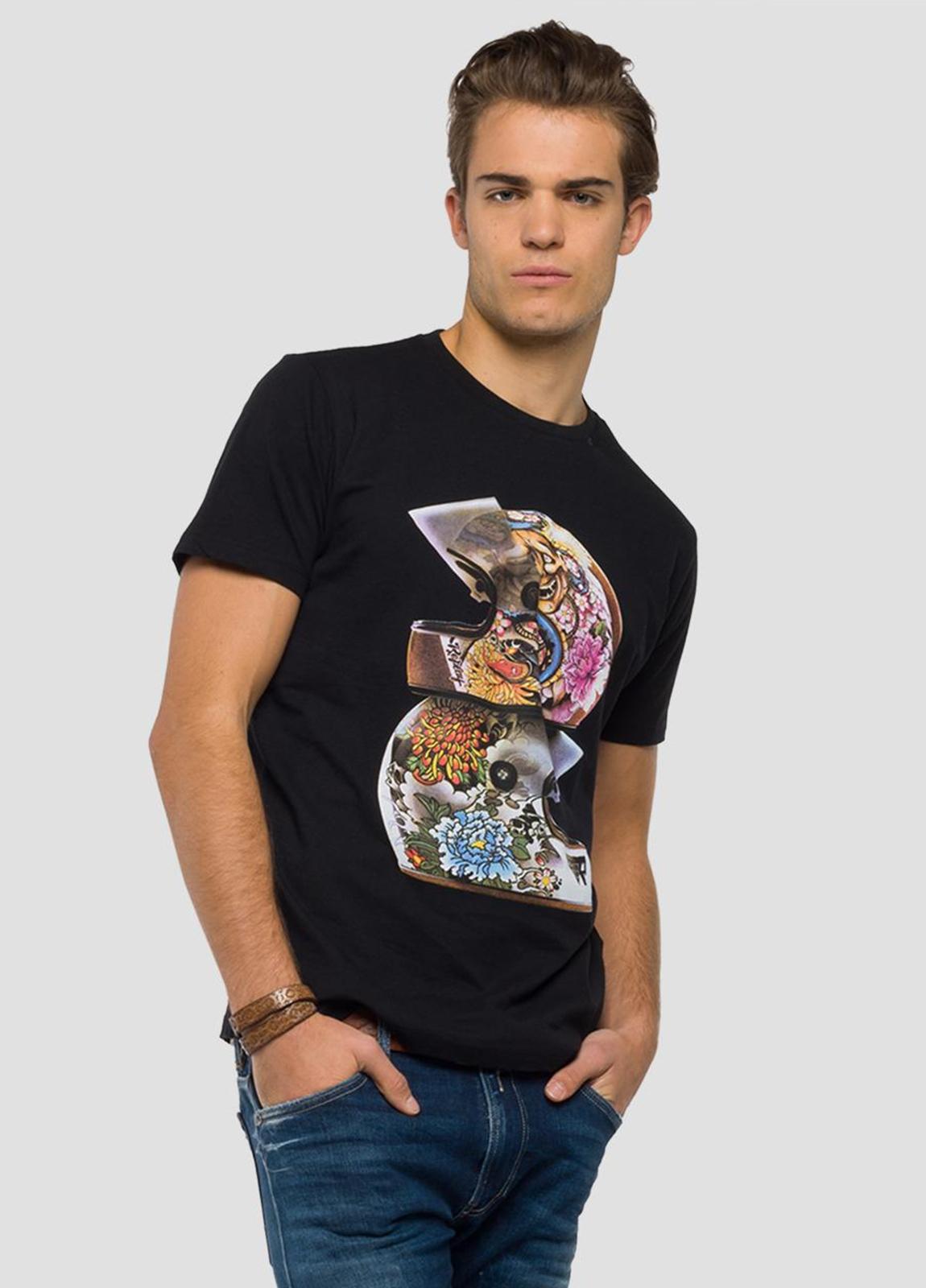 Camiseta manga corta color negro con estampado de cascos.100% Algodón.