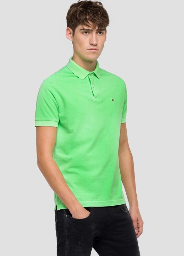 Polo de piqué teñido en prenda color verde. 100% Algodón.