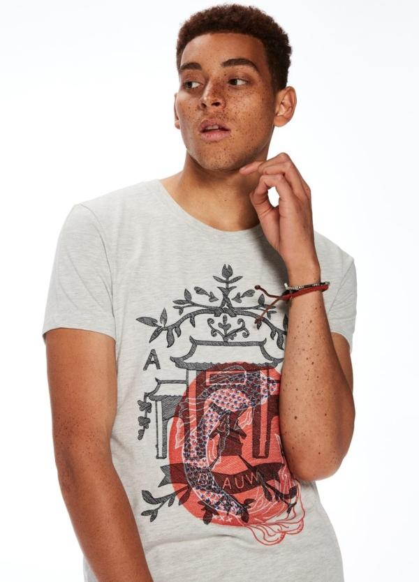 Camiseta manga corta color gris jaspeado con estampado gráfico.