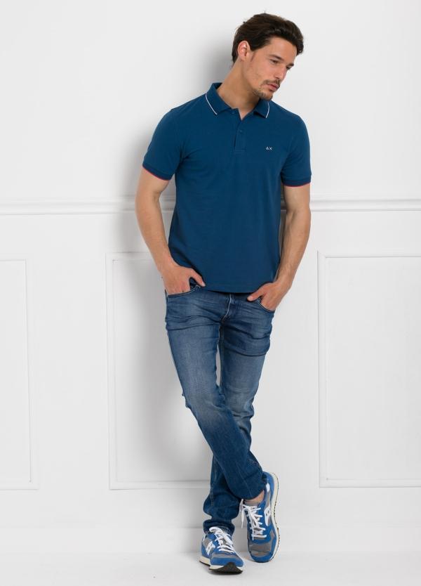 Polo piqué manga corta color azul con vivos en cuello y mangas, 100% Algodón.