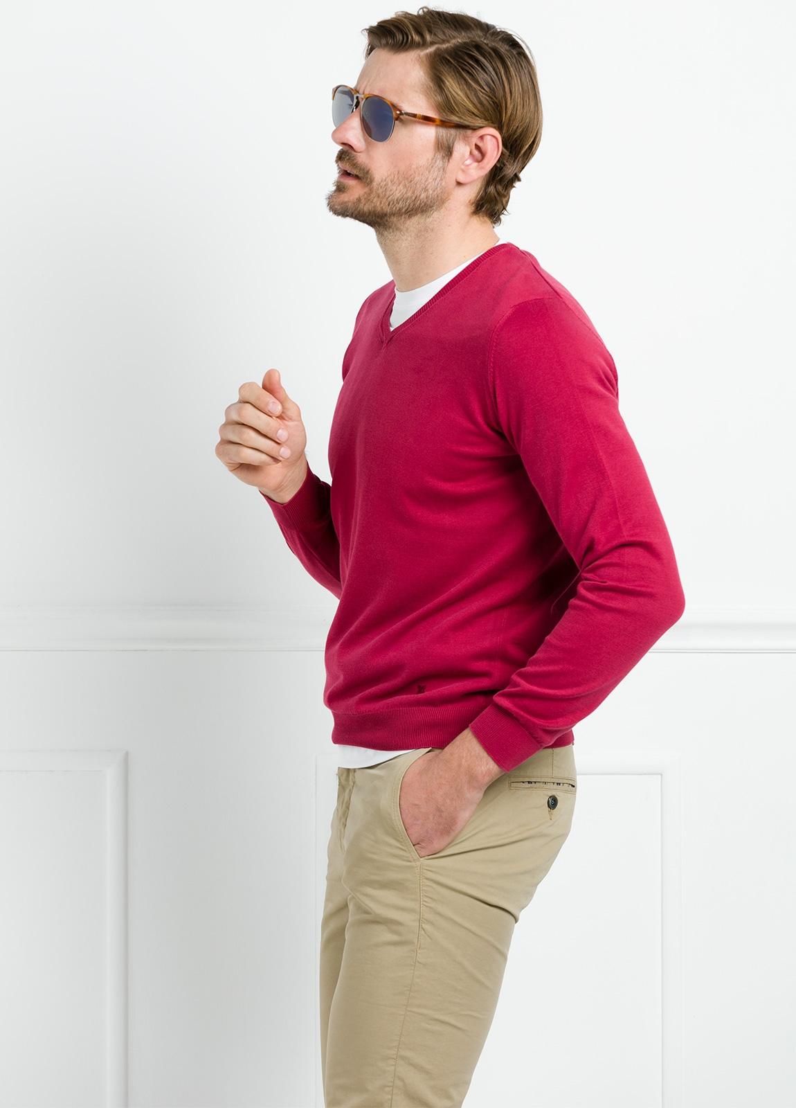 Jersey liso cuello pico color rojo. 100% Algodón lavado.