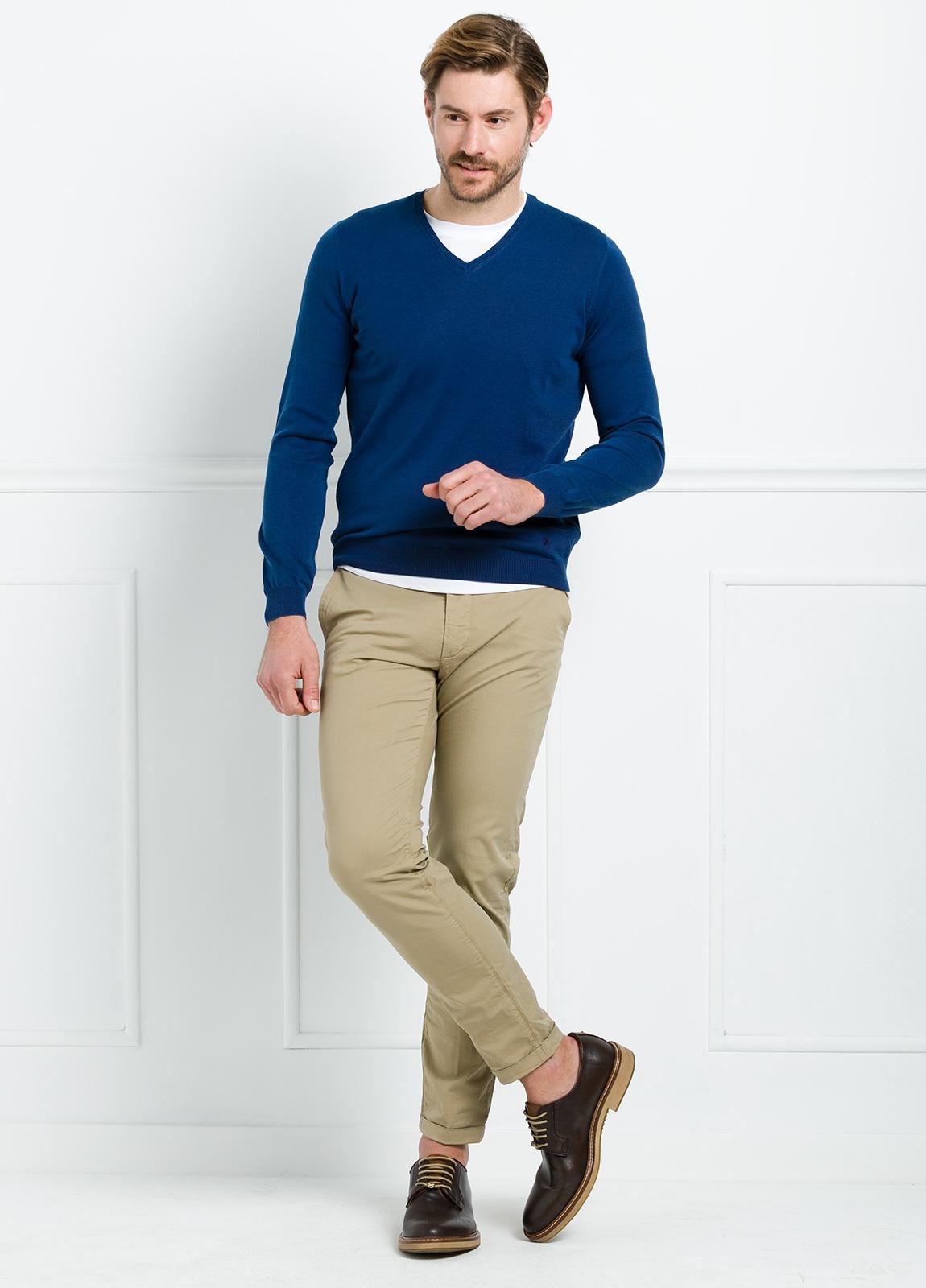 Jersey liso cuello pico color azul. 100% Algodón lavado.