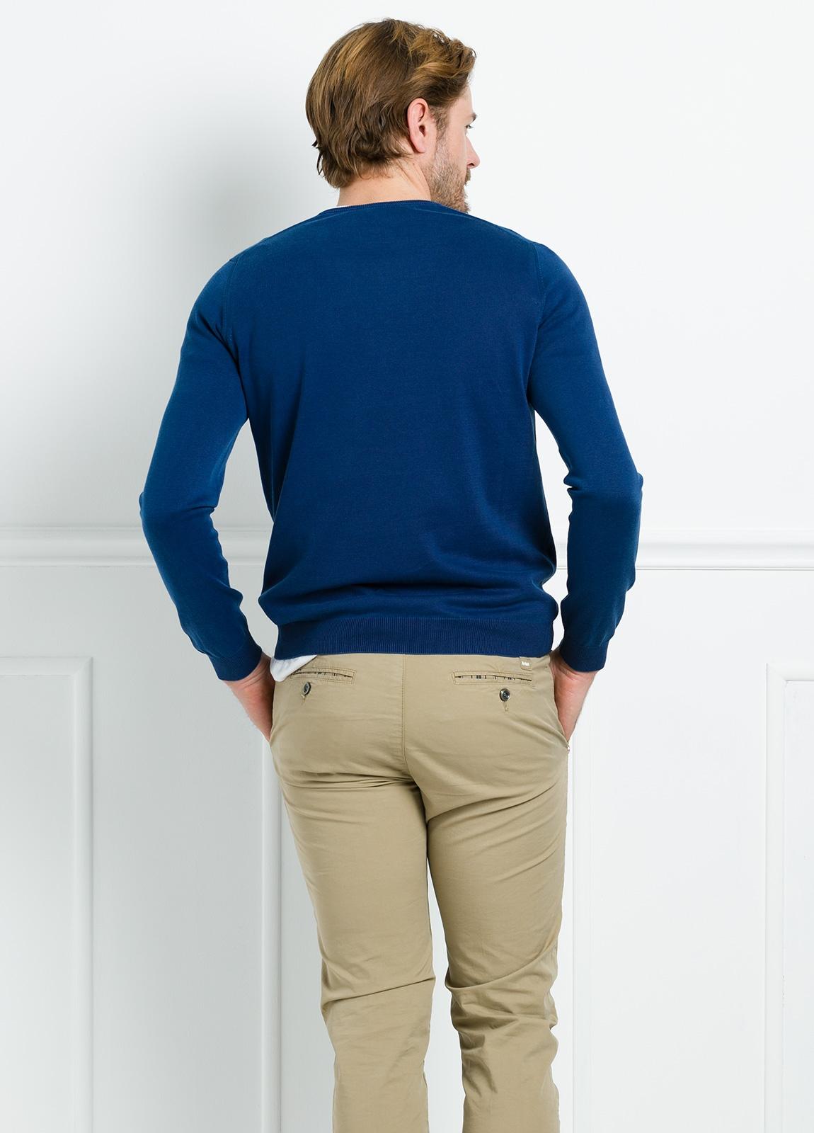 Jersey liso cuello pico color azul. 100% Algodón lavado. - Ítem1