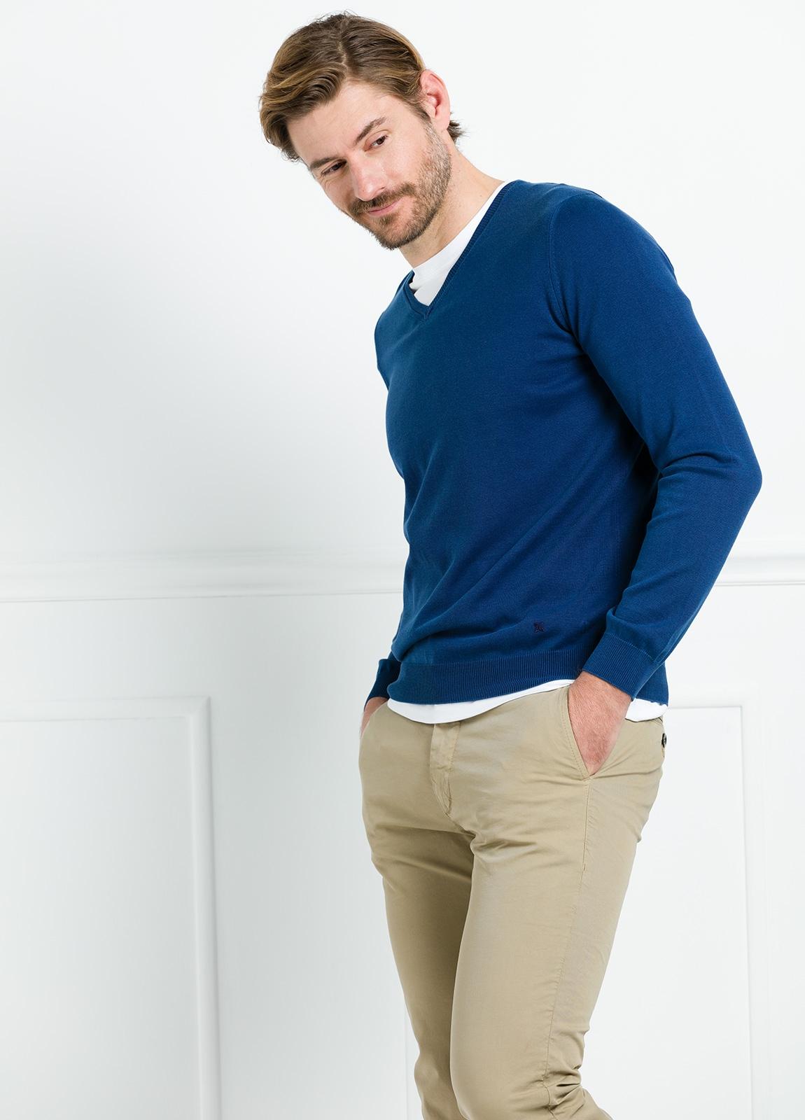 Jersey liso cuello pico color azul. 100% Algodón lavado. - Ítem2