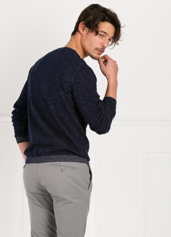 Jersey jaspeado cuello pico color azul marino. - Ítem2