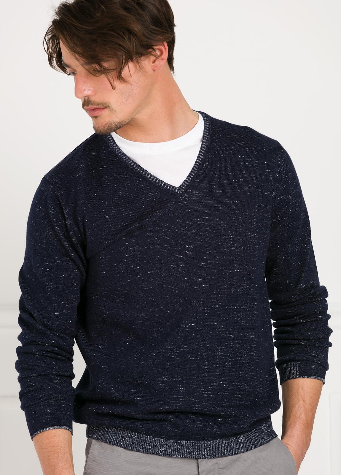 Jersey jaspeado cuello pico color azul marino.