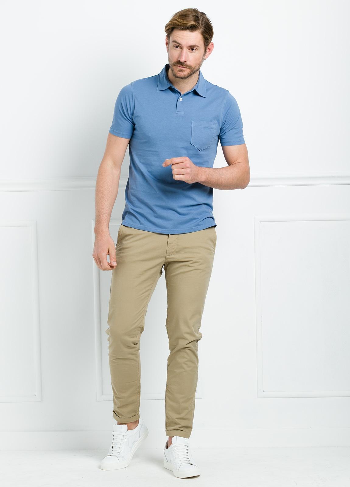Polo liso manga corta color azul con bolsillo en pecho. 100% Algodón.