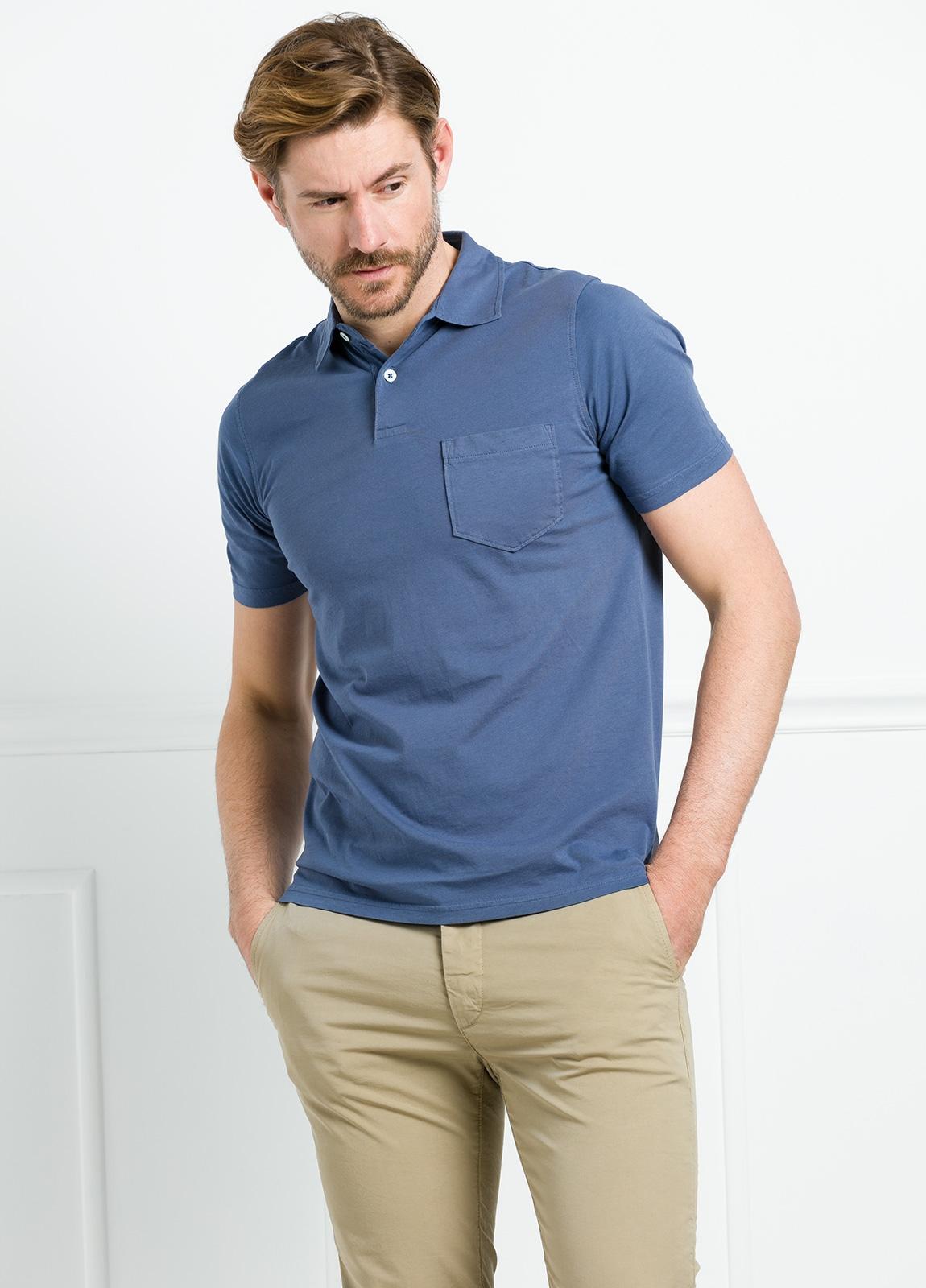 Polo liso manga corta color azul medio con bolsillo en pecho. 100% Algodón.