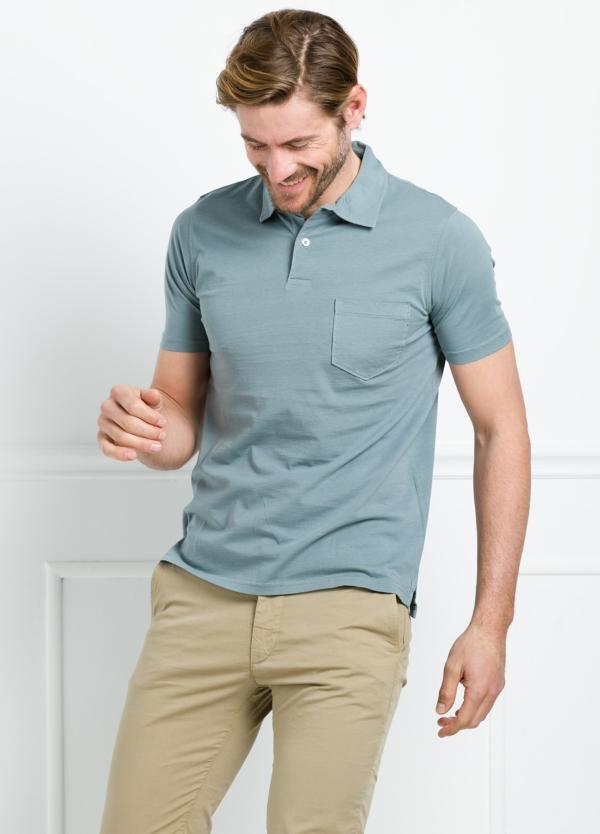 Polo liso manga corta color azul gastado con bolsillo en pecho. 100% Algodón.