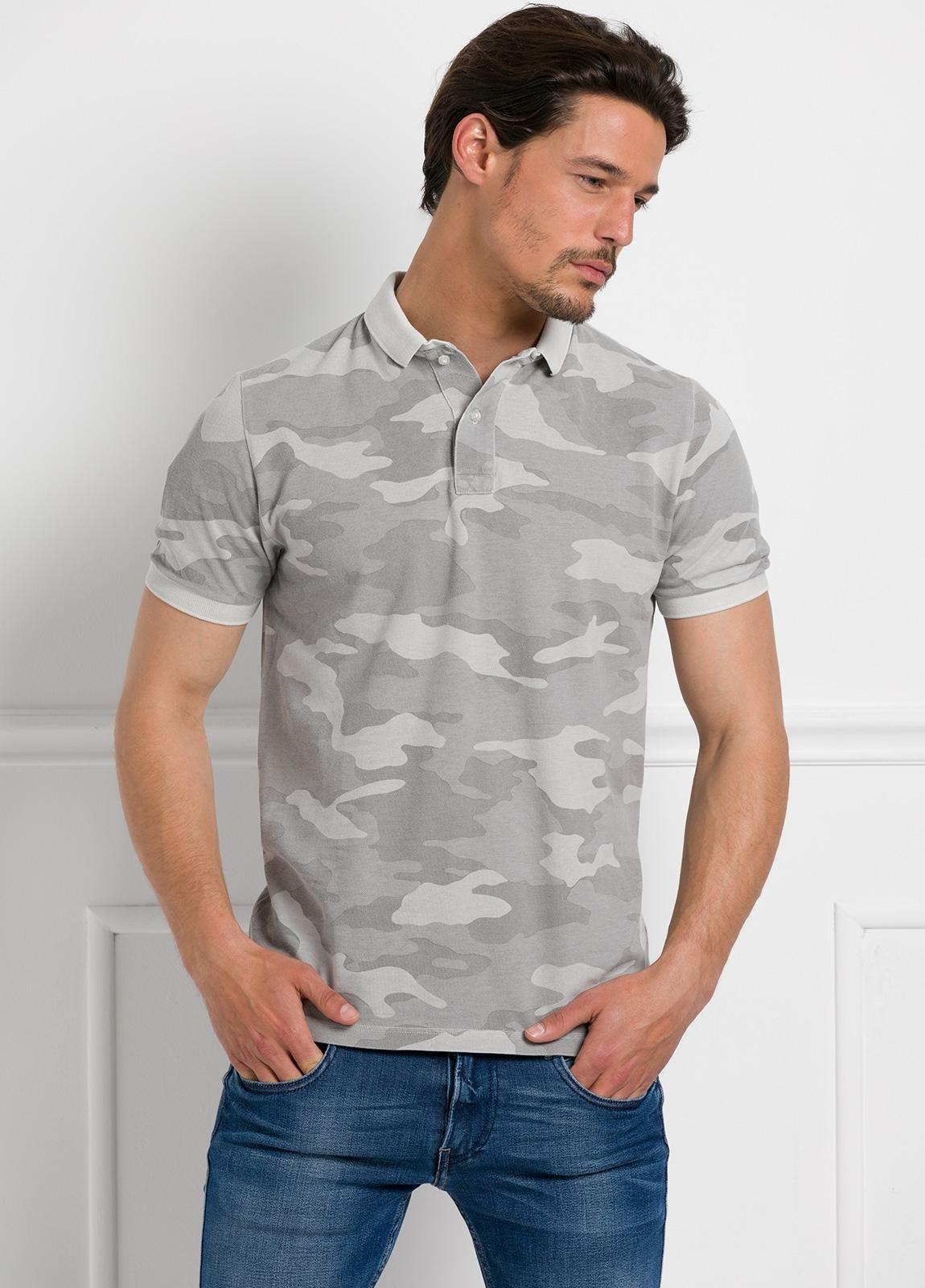 Polo piqué manga corta color gris con estampado camuflaje , 100% Algodón.